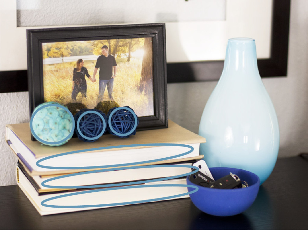 How to decorate a shelf by arranging objects in groups of three. Good interior styling tip!