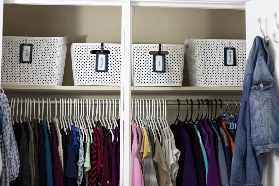 Check out this organized bedroom closet! What a great One Room Challenge bedroom makeover.