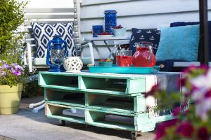 Love this aqua and navy patio! I can totally style a patio like this for summer entertaining with friends. Simple outdoor summer decor. #sponsored