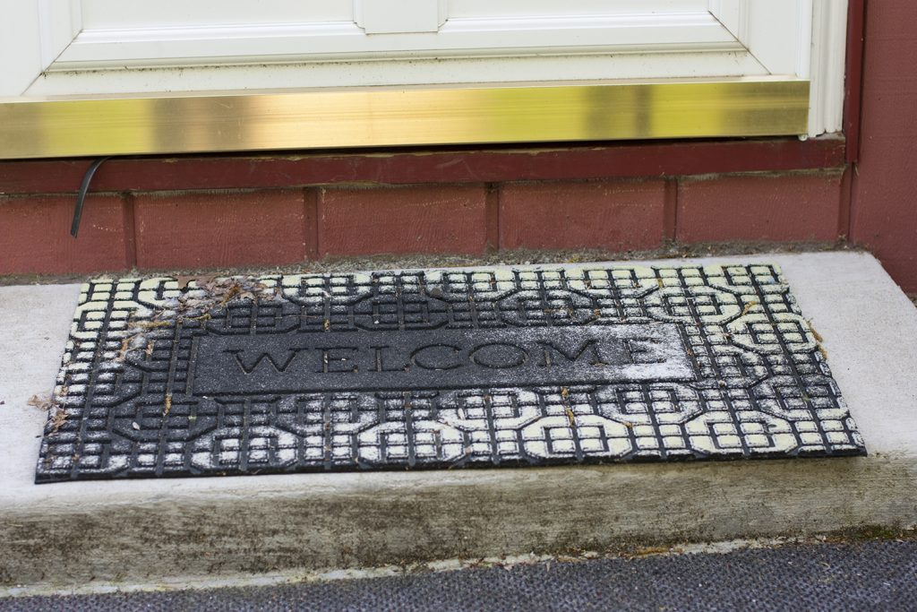 This is so smart! Love the thrifty idea of a painted welcome mat rather than replacing my old one.