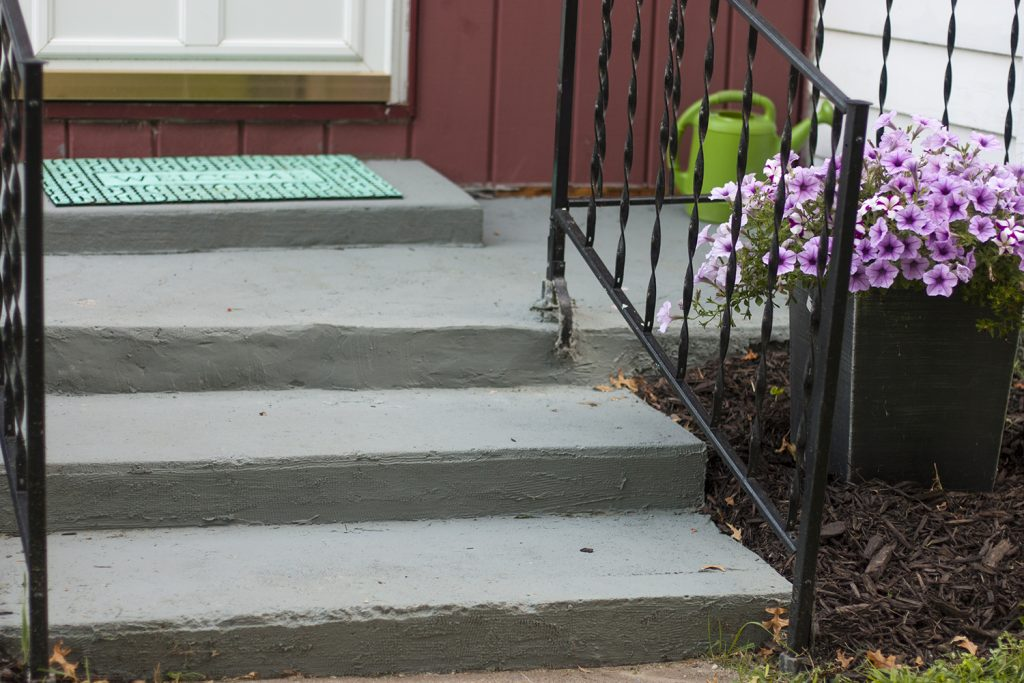 Check out the before and after of this front patio makeover! Such each curb appeal projects that make a big impact on a small budget.