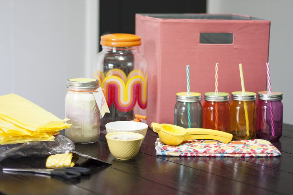 This lemonade gift basket is absolutely adorable! What a fun DIY gift basket for any summer occasion: housewarming, birthday, wedding, bridal shower, Mother's Day, etc.