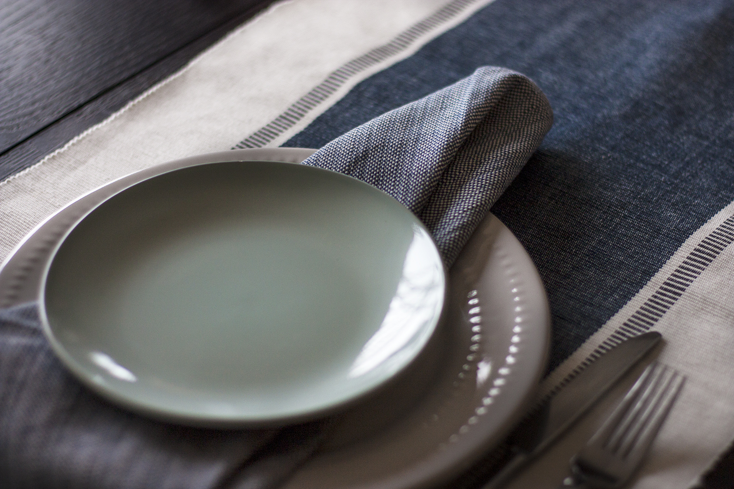 I LOVE this laidback place setting with the napkin under the salad plate. Pretty aqua and blue decor in this casual tablescape.
