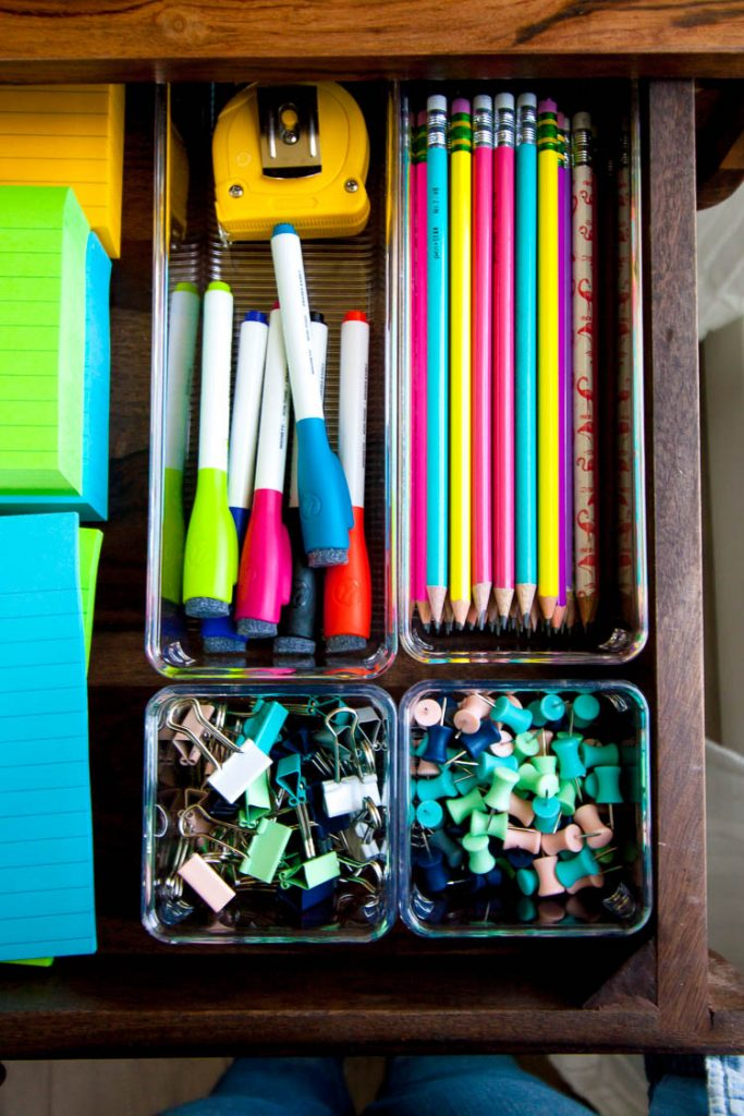 organized-desk-drawers-with-clear-organizers