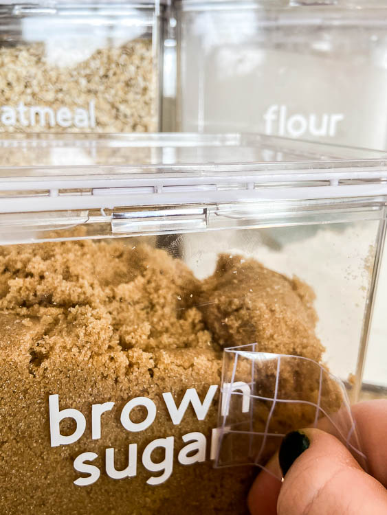 diy-vinyl-labels-on-pantry-containers